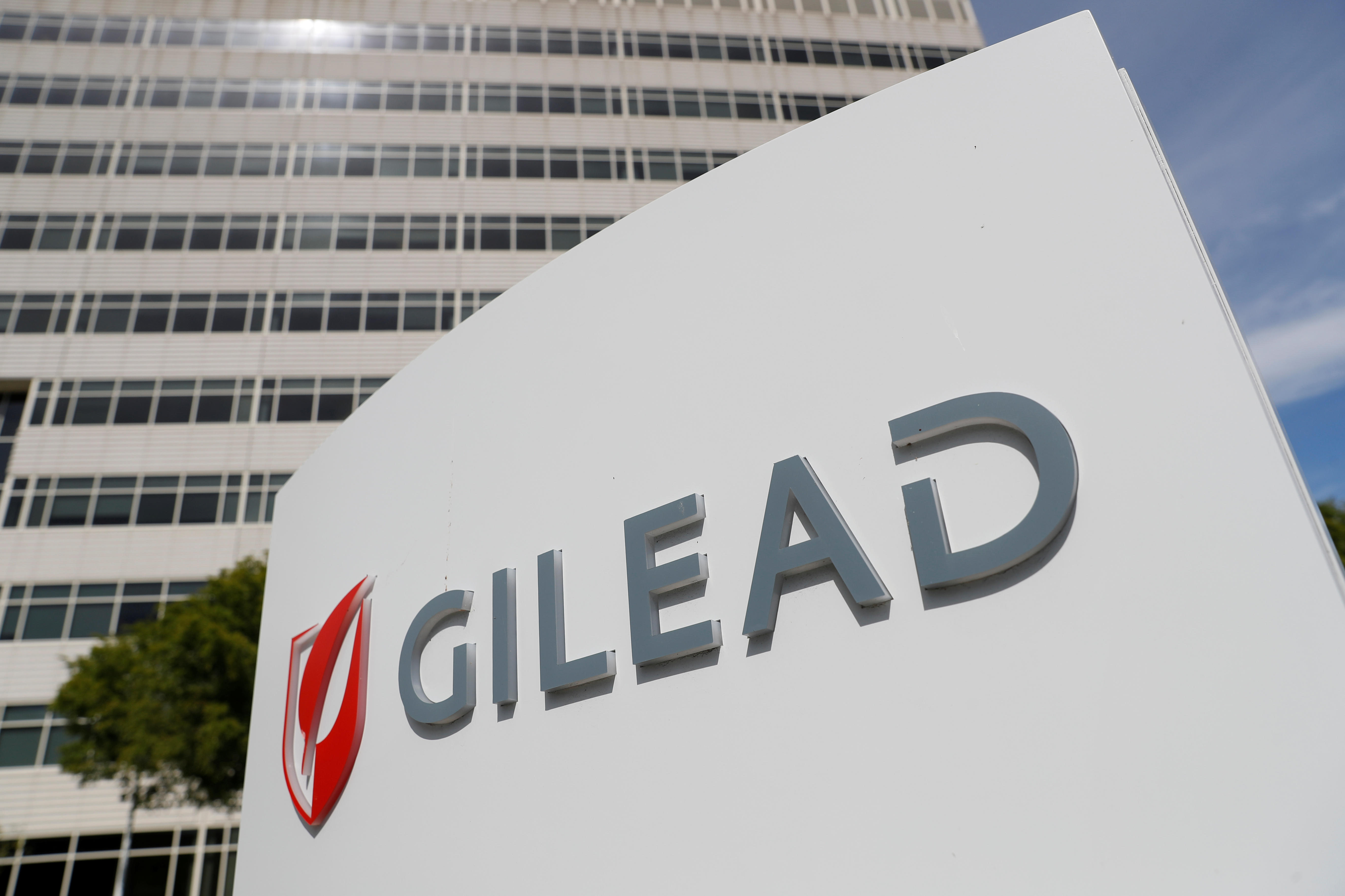 Trump, Fauci see hope with Gilead's drug in coronavirus fight