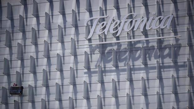 ep logo de telefonica insertado en el edificio de su sede en madrid