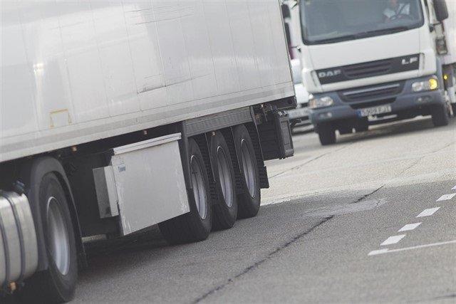 https://img.s3wfg.com/web/img/images_uploaded/0/e/ep_camiones_circulando_en_la_carretera.jpg