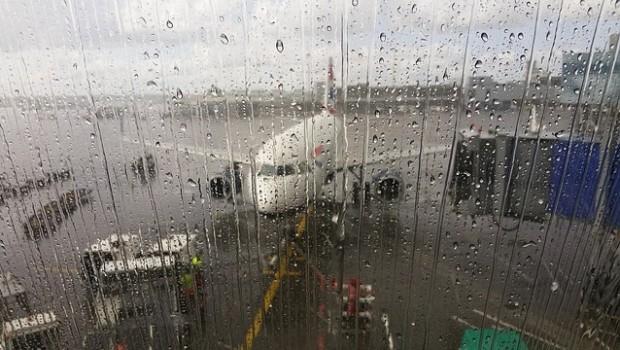 tormenta lluvia avion aeropuerto