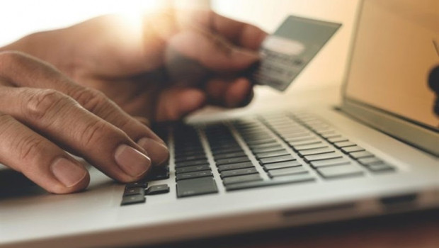 ep persona usandoordenadortarjetacreditohaciendo compras online