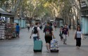 turistas-pasean-ramblas-barcelona