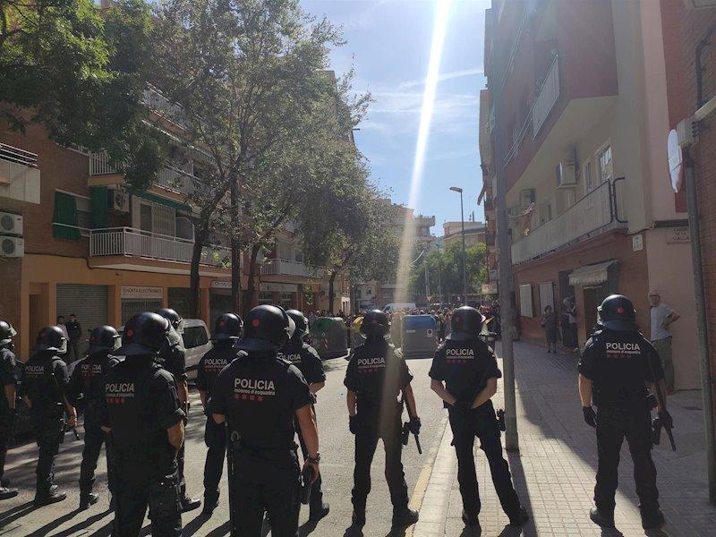 ep un centenar de personas protesta contra un acto de albert rivera en barcelona