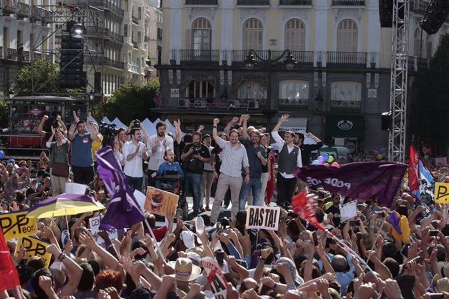 Una multitudinaria manifestación apoya en la Puerta del Sol la moción de censura de Unidos Podemos contra Rajoy