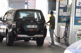 ep archivo - un hombre echa gasolina a su coche