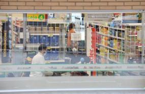 ep un cajero de un supermercado ahorramas trabaja protegido con mascarilla en plena crisis sanitaria