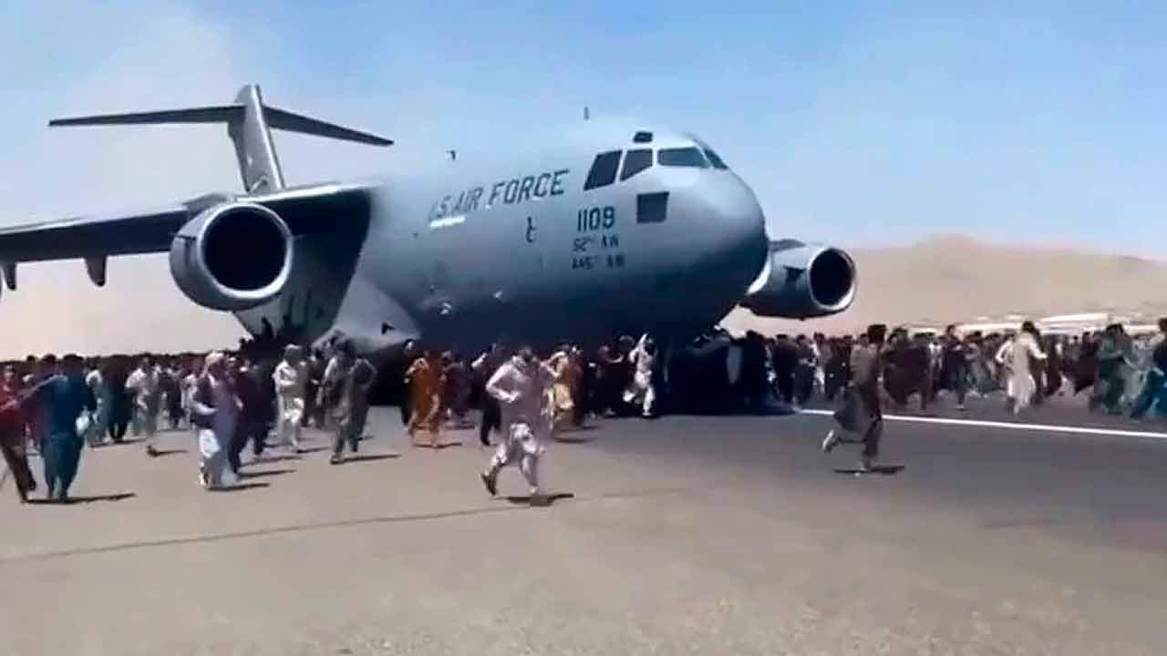 https://img.s3wfg.com/web/img/images_uploaded/4/d/afganistan-avion-gente.jpg