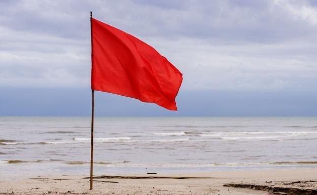 ep bandera roja en una playa
