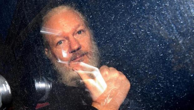 ep la policia detienecuatro personasuna supuesta extorsionjulian assange que quedanlibertaddeclarar