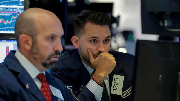 dos-traders-wall-street-mirando-pantallas-cotizacion-bolsa
