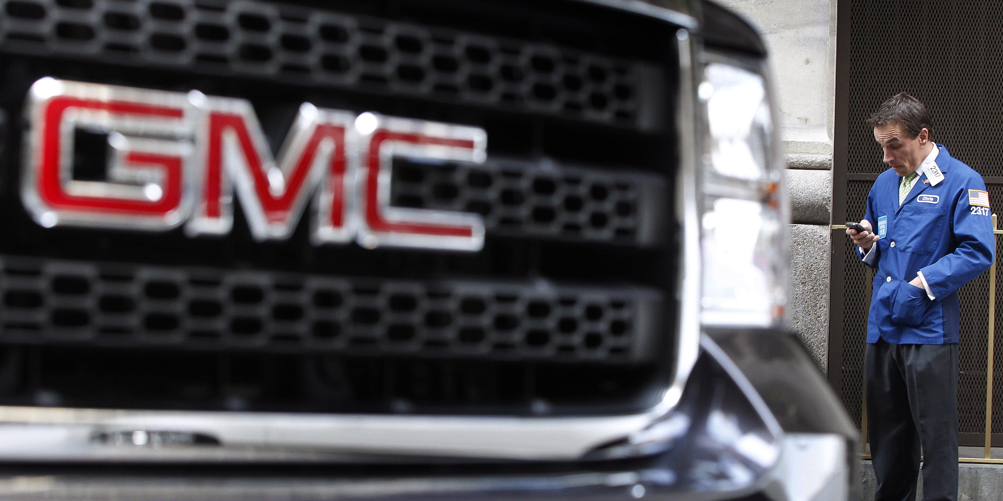 une-voiture-general-motors-gmc-garee-devant-un-trader-au-new-york-stock-exchnage-nyce-a-utiliser-pour-illustrer-l-introduction-en-bourse-de-general-motors-en-2010
