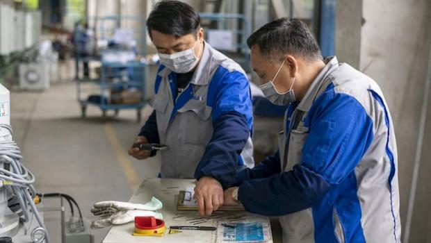 ep dos trabajadores en una fabrica en shanghai china