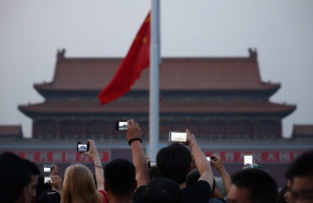 ep chinese tourists watch the customary ceremony of lowering flag at tiananmen square on june 3 2013