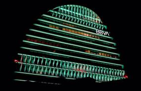 ep el edificio la vela de bbva iluminado de color verde