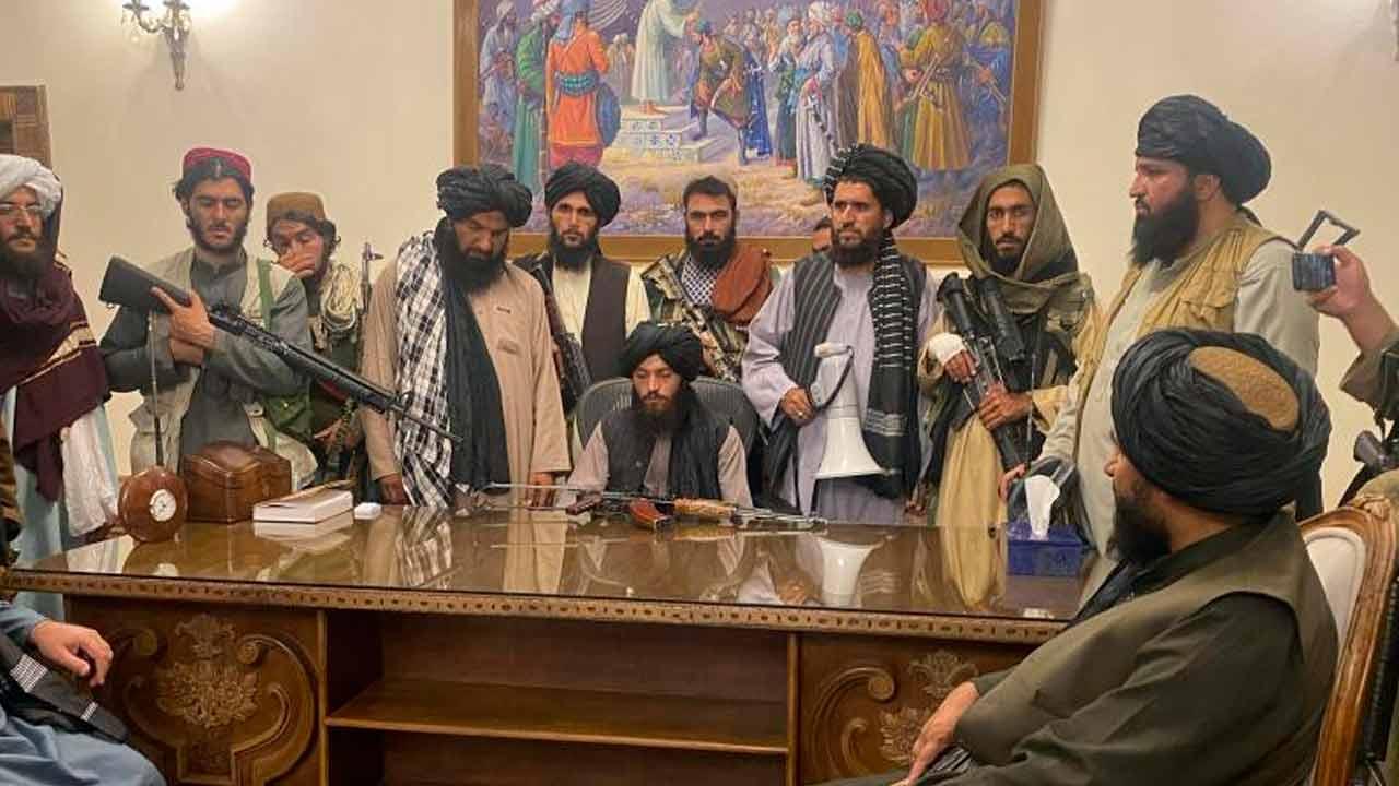 https://img.s3wfg.com/web/img/images_uploaded/8/c/talibanes-palacio-presidencial.jpg