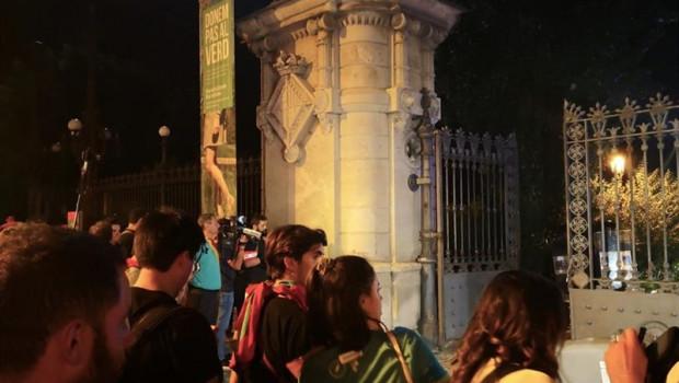ep los concentrados ante el parlament durante la diada desalojados por los mossos fuera del parque