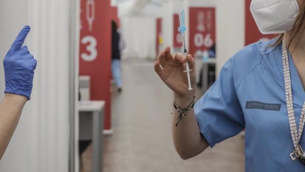 ep una profesional sanitaria sostiene una jeringuilla con la vacuna de astrazeneca en el hospital la