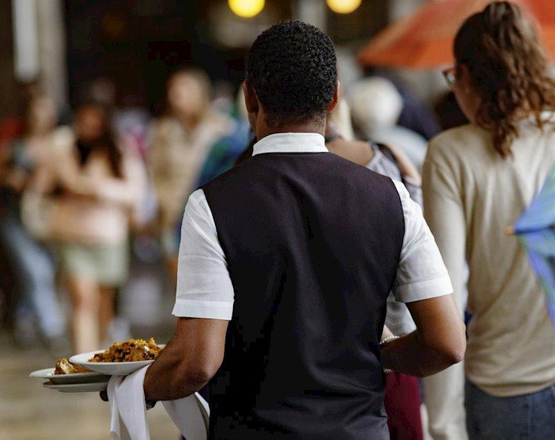 ep un camarero porta los platos de los clientes en madrid