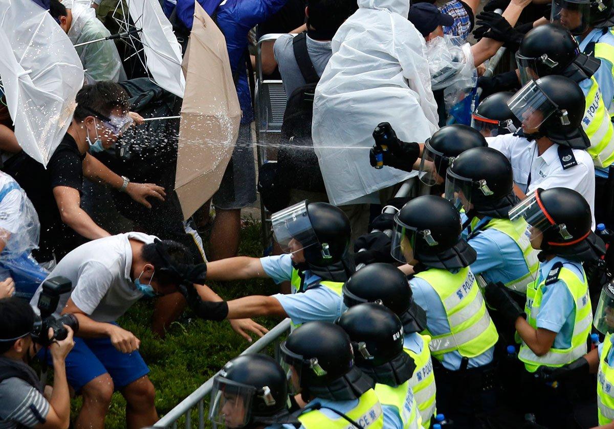 https://img.s3wfg.com/web/img/images_uploaded/a/8/hongkongpeppersprayprotests.jpg