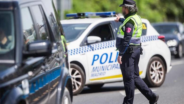 ep un agente de la policia municipal de madrid en un control policial en una de las salidas de la