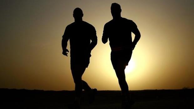 ep dos hombres corriendo