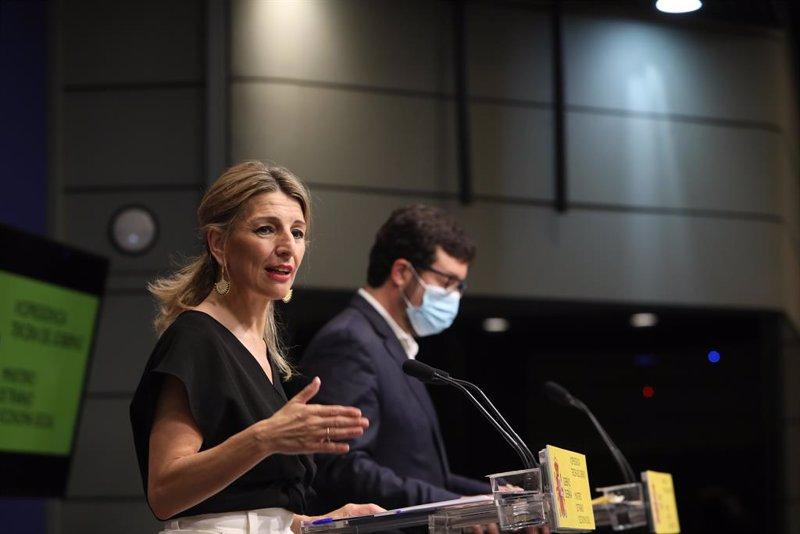 https://img.s3wfg.com/web/img/images_uploaded/b/6/ep_la_vicepresidenta_tercera_del_gobierno_y_ministra_de_trabajo_y_economia_social_yolanda_diaz_junto.jpg