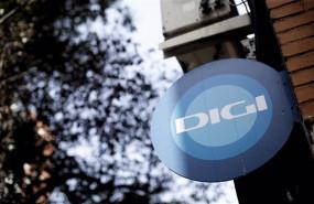 ep archivo   un cartel con el logotipo de digi mobil en la facahda de una tienda