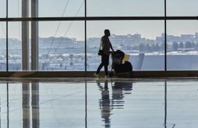 ep un pasajero camina por las instalaciones de la terminal 4 del aeropuerto madrid-barajas