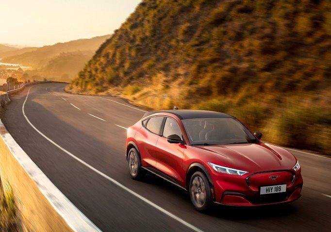 Ford quiere un trozo del pastel de Tesla y lanza su primer Mustang eléctrico