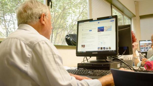 ep un hombre mayor de 65 anos utilizando un ordenador para conectarse a internet