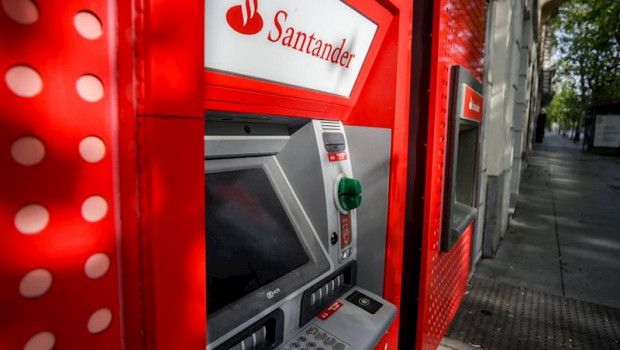 ep cajeros del banco santander en madrid espana a 19 de abril de 2020