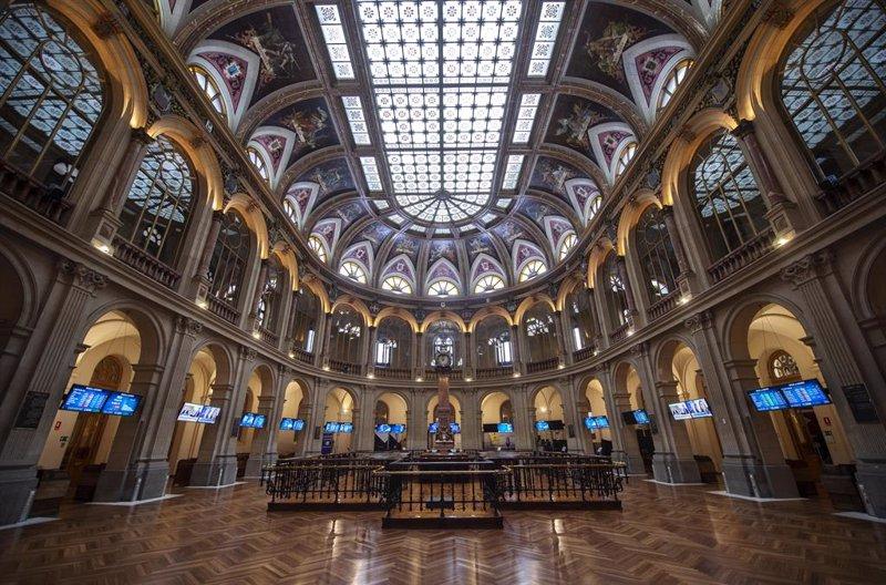 https://img.s3wfg.com/web/img/images_uploaded/e/0/ep_instalaciones_del_palacio_de_la_bolsa_de_madrid_a_18_de_junio_de_2021_en_madrid_espana_el_ibex_35.jpg