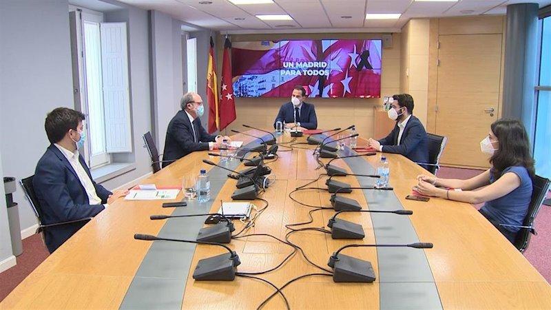 """Aguado y partidos de izquierda inician diálogo en una primera reunión """"cordial"""" e invitan a Ayuso y Vox a sumarse"""