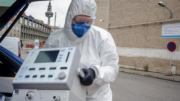 ep un tecnico protegido con un traje guantes y mascarilla en el hospital gregorio maranon saca un