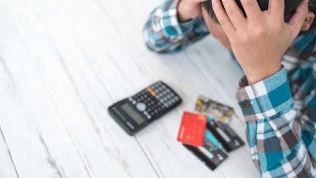 1601400861 concepto hombre estresado deuda debido al uso tarjeta credito35048 760