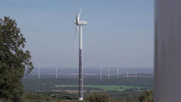 ep archivo   torre eolica con paneles fotovoltaicos