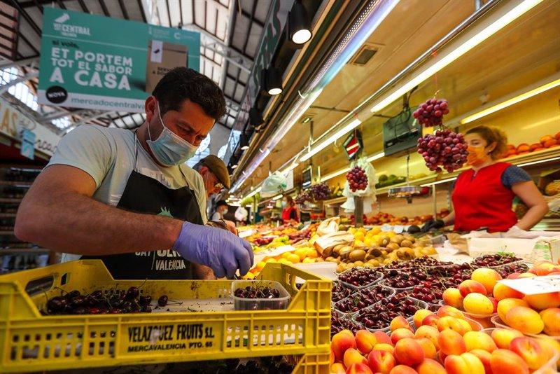 https://img.s3wfg.com/web/img/images_uploaded/f/c/ep_archivo_-_un_hombre_trabaja_colocando_la_fruta_en_una_una_fruteria_del_mercado_central_de.jpg