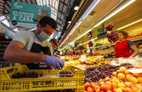 ep archivo   un hombre trabaja colocando la fruta en una una fruteria del mercado central de