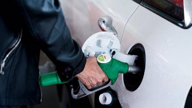 ep una mujer pone gasolina a su vehiculo en una gasolinera a 17 de junio en madrid espana